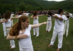 Aproximativ 3000 de yoghini adepti ai controversatului Gregorian Bivolaru din Romania si din lume au realizat una dintre cele mai mari spirale Yang, la Herculane.