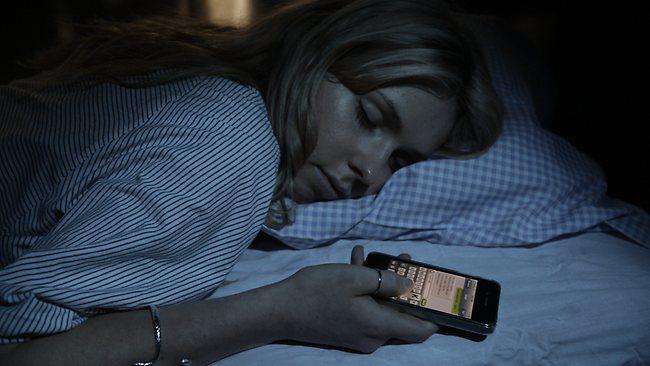 folosirea_telefonului_inainte_de_culcare_pericole